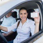 Femme montrant une carte de points fidélités